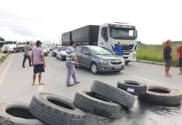 Caminhoneiros bloqueiam rodovia da PB por redução no preço do combustível