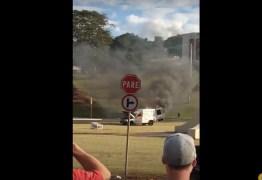 VEJA VÍDEO : Homem coloca fogo no próprio carro no meio de avenida