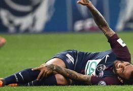 Com lesão no joelho, Daniel Alves tenta evitar cirurgia para ter chances de jogar na Copa do Mundo