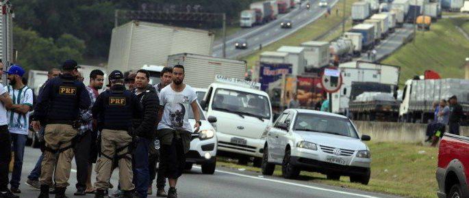 x76978669 PA SAo PauloSP25 05 2018 Quinto dia da greve dos caminhoneirosRodovia Regis Bittenco.jpg.pagespeed.ic . 6zQYIcmkN e1527390707580 - Ainda sem acordo, caminhoneiros iniciam 8º dia de greve na Paraíba