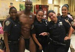 Policiais são investigadas após foto polêmica com stripper
