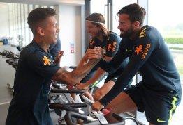De trem, Firmino antecipa apresentação à seleção brasileira e participa de treino físico