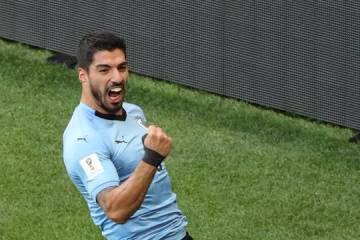 Suárez marca no 100º jogo e garante Uruguai nas oitavas da Copa do Mundo