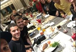 CORTOU O CABELO? De visual novo e sem topete, Neymar janta com mãe e 'parças'