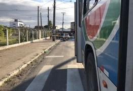 Acidente envolvendo um ônibus e uma moto deixa uma pessoa morta e outra ferida em João Pessoa