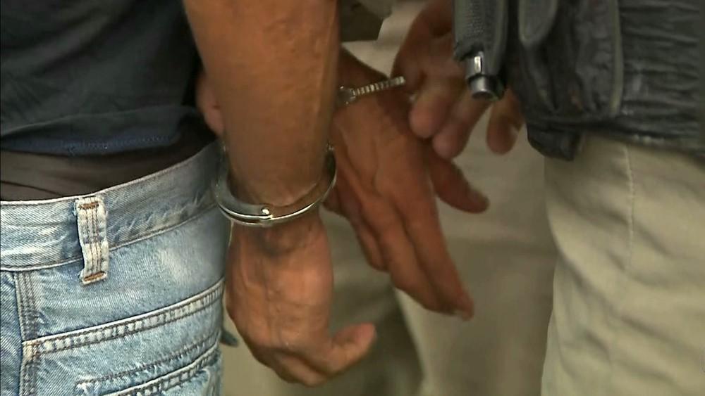 assaltante preso - Homem tenta assaltar ônibus e é detido por passageiro, em João Pessoa