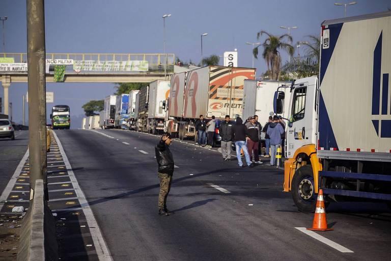 caminhões - MOVIMENTO GREVISTA: terminais de armazenamento de combustíveis poderão ser interditados, diz sindicato de caminhoneiros