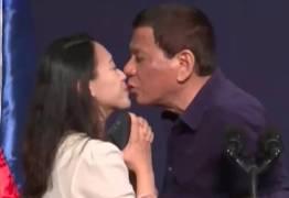VEJA VÍDEO: Presidente beija funcionária durante evento internacional