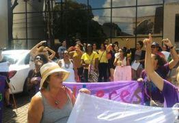 FORA SIKÊRA: Protesto em frente à Arapuan pede saída de apresentador por declarações machistas – VEJA VÍDEOS