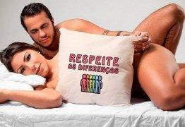Thammy posta foto nu com Andressa Ferreira na cama: 'Respeite as diferenças'