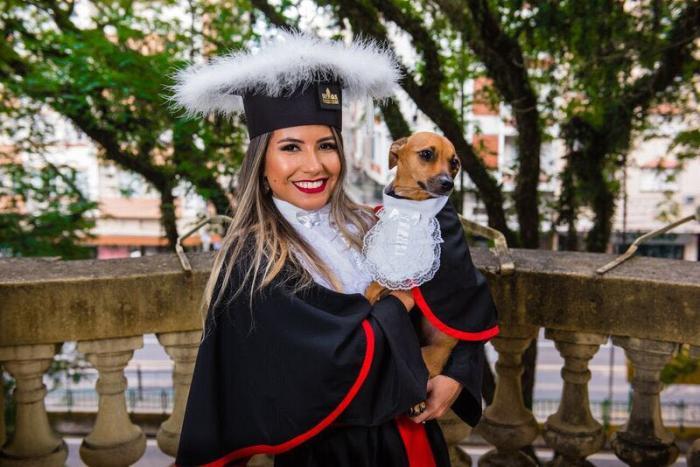 Estudante leva cachorra de toga para sessão de fotos da sua formatura