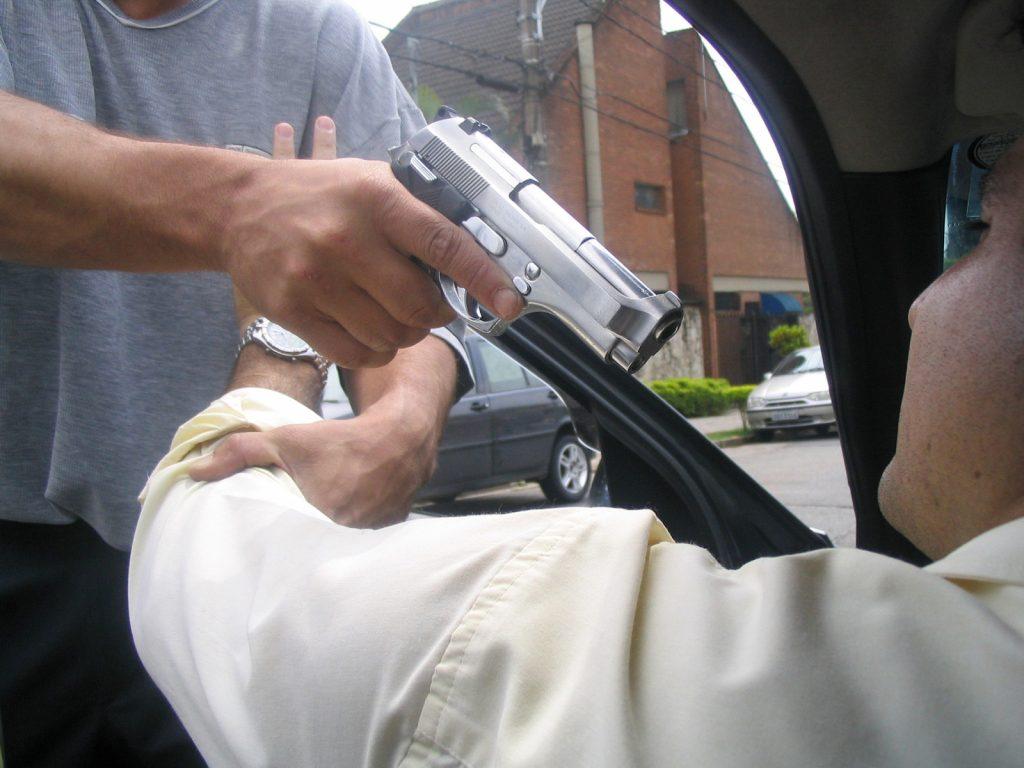 2998623964 assalto carro arma tiro roubo policia ilustracao 1024x768 - LEVARAM R$ 30 MIL: advogado é sequestrado e família é feita refém em João Pessoa