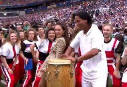 Ronaldinho toca percussão na festa de encerramento da Copa