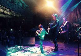 VEJA VÍDEO: Cantor Waldonys chama fã mirim ao palco para tocar sanfona e leva o publico ao delírio