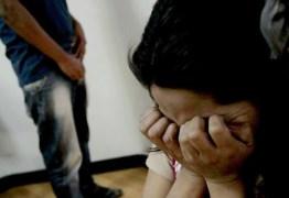 Mulher é presa acusada de construir quarto para companheiro abusar sexualmente da sua filha