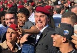 Bolsonaro posou mais uma vez com criança simulando arma na mão