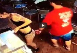 VEJA VÍDEO: Funcionária é apalpada por cliente, revida com golpe e dá uma surra como lição nele
