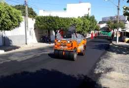 DOMINGO DE TRABALHO: Recapeamento asfáltico em Cajazeiras segue a todo gás