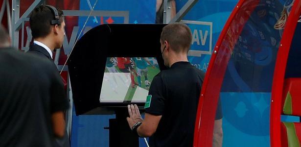arbitro consulta o video durante partida da copa do mundo 1531519027302 v2 615x300 - Brasileirão volta nesta quarta sem o VAR, mas afetado por cultura do vídeo
