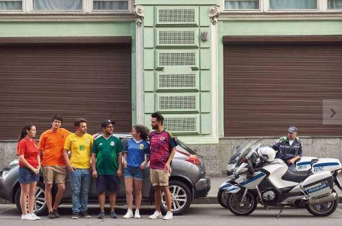 arcoiris - Protesto disfarçado cria bandeira LGBT com camisas da Copa