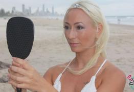 Australiana se casa com ela mesma e faz votos voltada para o espelho