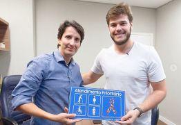 Bruno Cunha Lima comemora vigência de lei que inclui símbolo do autismo nas placas de atendimento preferencial