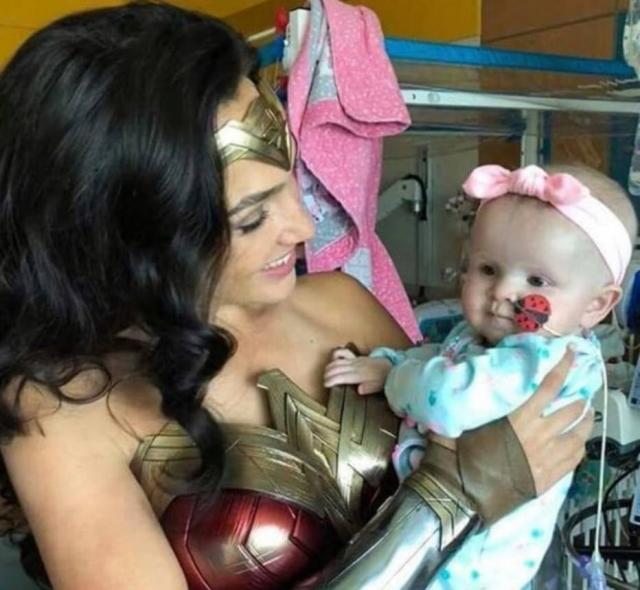 Gal Gadot faz visita a hospital infantil vestida de mulher-maravilha