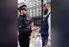 VEJA VÍDEO: Igreja chama policiais para prender homem que lia a Bíblia em frente a templo