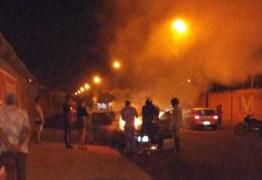 Homem confunde carro na entrada de motel com o da esposa, coloca fogo e deixa bilhete, Veja