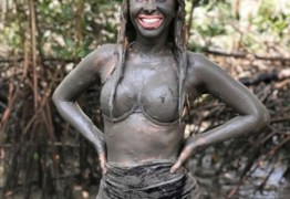 """Sabe quem é? Joelma se diverte com banho de lama: """"Tratamento natural"""""""