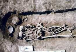 APAIXONADAMENTE ABRAÇADOS: Mulher é enterrada viva ao lado do marido na Ucrânia