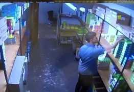 VEJA VÍDEO: Jogador de futebol é preso suspeito de furtar celulares de loja