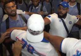 Jogadores e torcida do Bahia se enfrentam no aeroporto