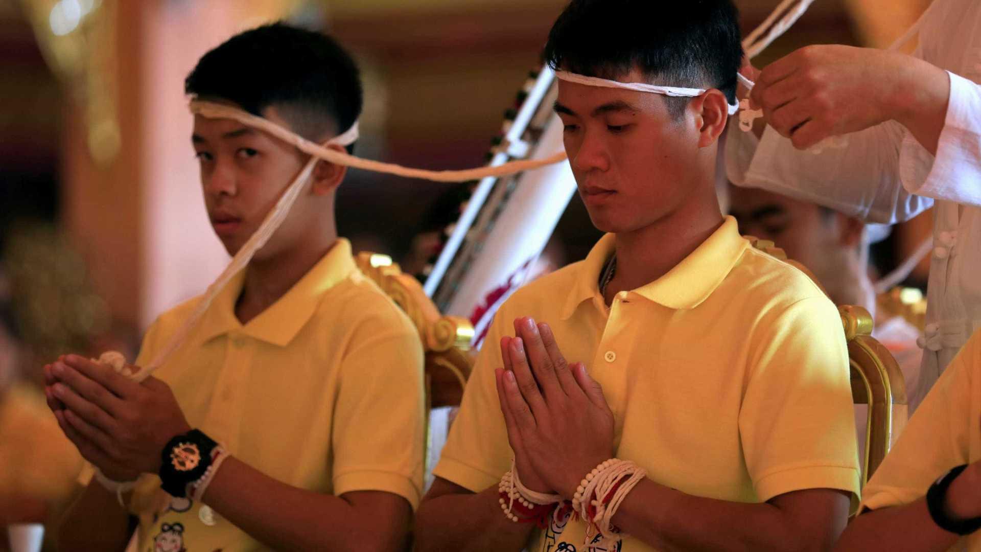 naom 5b55faa3b18cb - Jovens resgatados de caverna na Tailândia viram monges