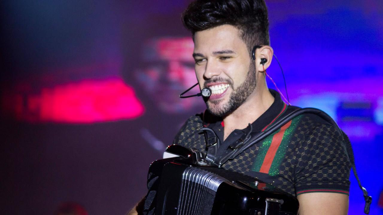 "Polícia militar interrompe live de cantor paraibano Ranniery Gomes; artista protesta: ""Palhaçada, imbecilidade"" - VEJA MOMENTO - Polêmica Paraíba - Polêmica Paraíba"