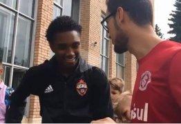 Vitinho confessa a torcedor do Internacional que está 'quase certo' com Flamengo