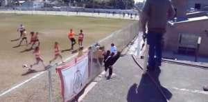BBLRp1N 300x148 - VEJA VÍDEO: Jogadoras trocam empurrões e socos em jogo do futebol argentino