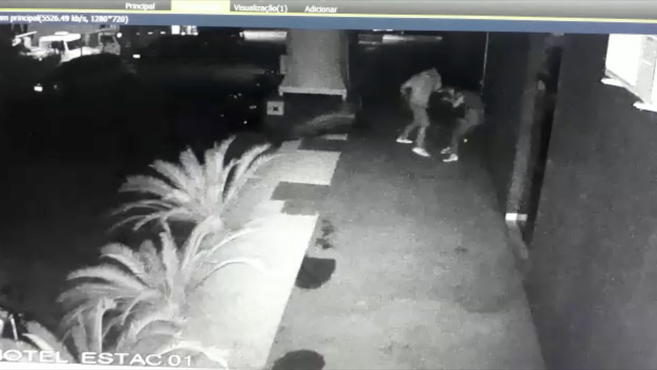 Câmera de segurança flagra homem agredindo mulher com socos e chutes