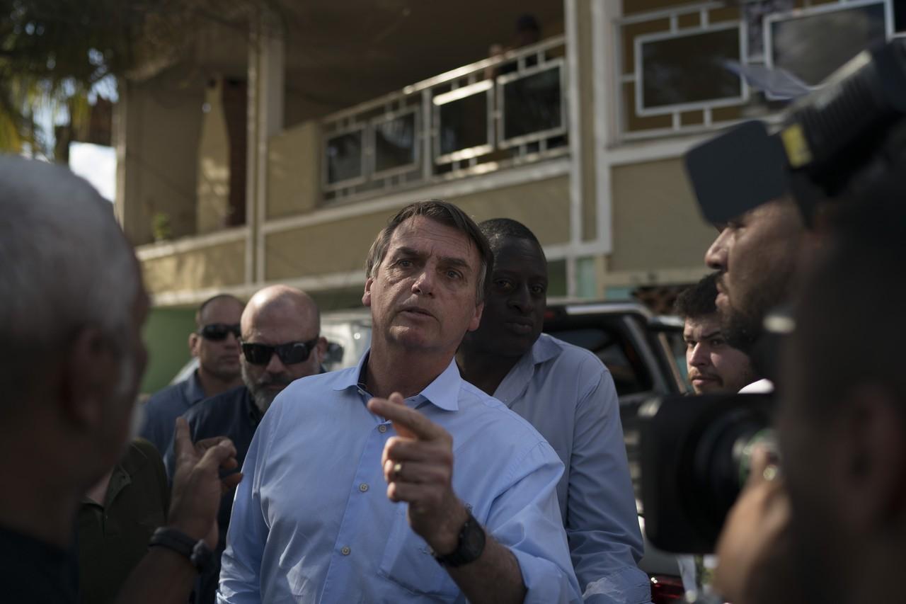 ap18233666390252 1 - Bolsonaro vai a enterro de militar morto em operação no Complexo do Alemão