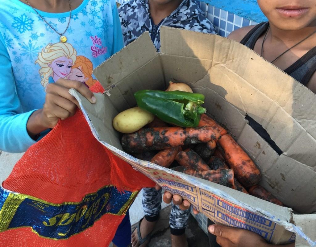 comida 1024x801 - DESCASO: Crianças venezuelanas buscam comida no lixo em Pacaraima