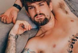 Filho do cantor Saulo, João Lucas posa para ensaio sexy e arranca elogios