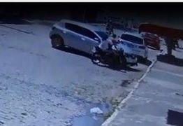 Motorista desgovernado bate em moto e duas pessoas são arremessadas em calçada