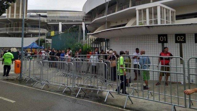 xingresso fla cruzeiro 1.jpg.pagespeed.ic .Zd06wBpmH8 - Torcida do Fla faz fila na busca por ingressos para o jogo de domingo contra o Cruzeiro
