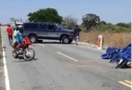 Bandidos roubam carros e arma de agente penitenciário em barricada no Sertão da Paraíba