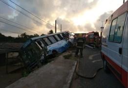 Ônibus com trabalhadores de fábrica de calçados tomba em João Pessoa – VEJA VÍDEOS