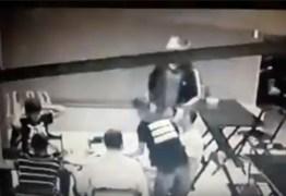 Homem reage a assalto em pizzaria de João Pessoa e acaba baleado por bandido – VEJA VÍDEO