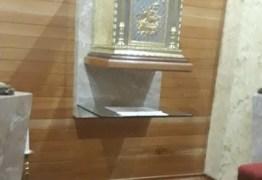 INTOLERÂNCIA OU VANDALISMO? Imagem do Cristo Crucificado e o Sacrário da Matriz de Cajazeiras foram quebrados