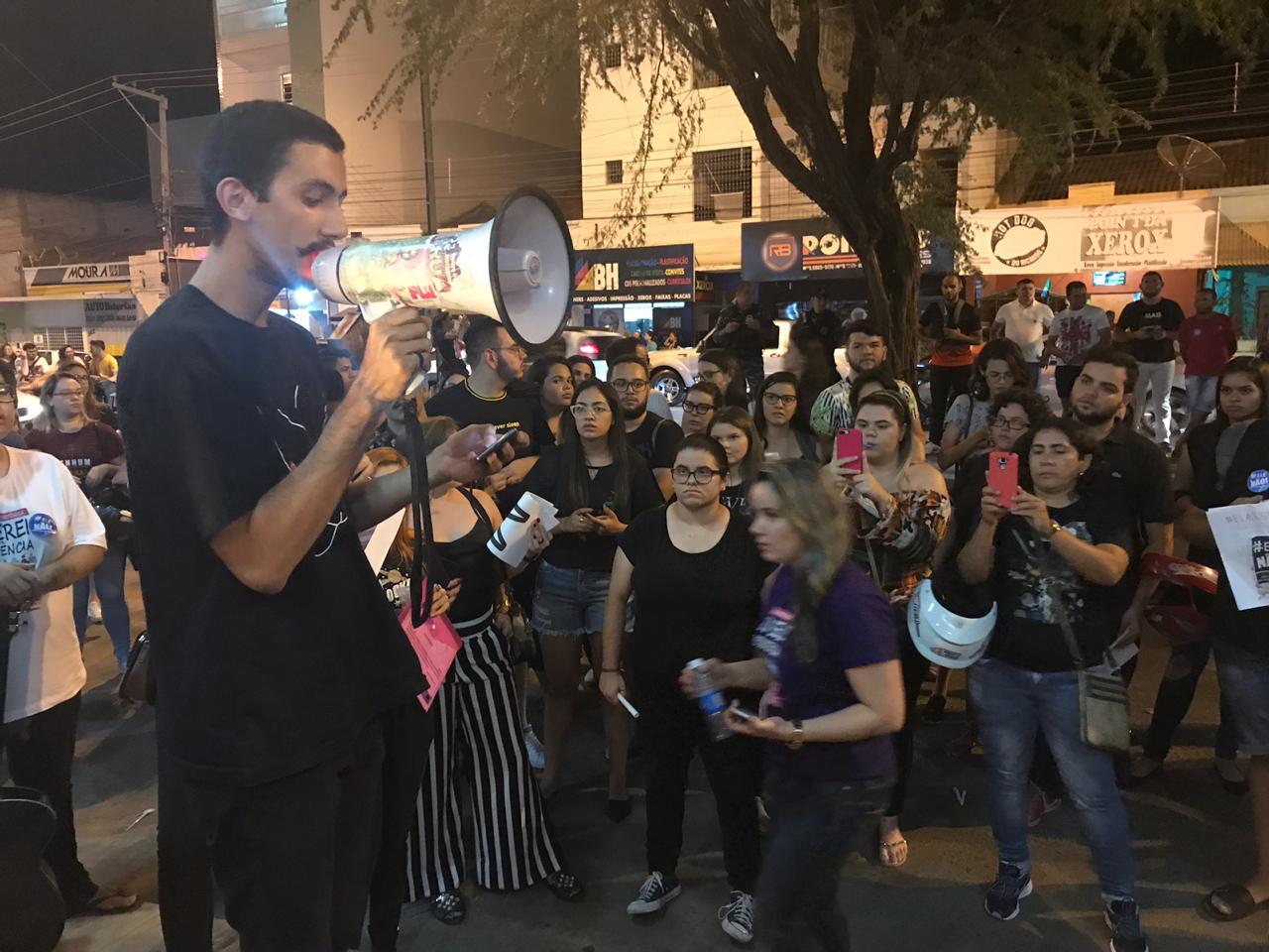 WhatsApp Image 2018 09 29 at 12.05.58 2 - ELAS SIM! Estudantes saem às ruas contra demissão de professoras da FIP que aderiram ao movimento #ELENÃO - VEJA VÍDEOS