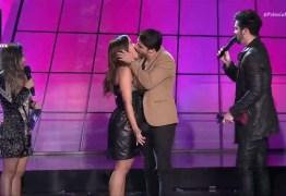 Anitta dá beijão em Leandro Martins, do Atitude 67, durante o Prêmio Multishow