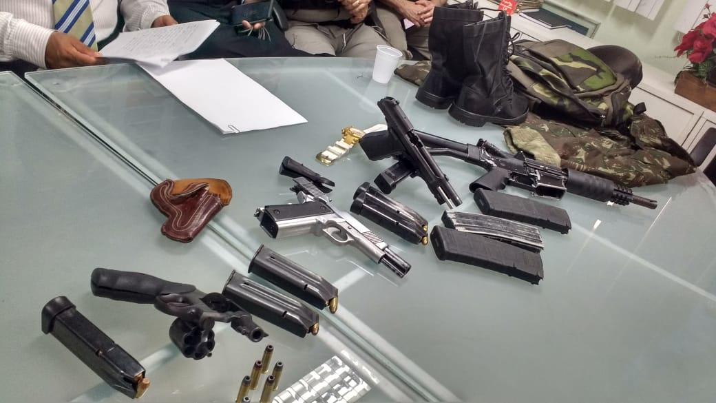 armas apreendidas pb1 - Dez suspeitos de envolvimento na explosão ao PB1 são presos com fuzil em flat na orla de JP